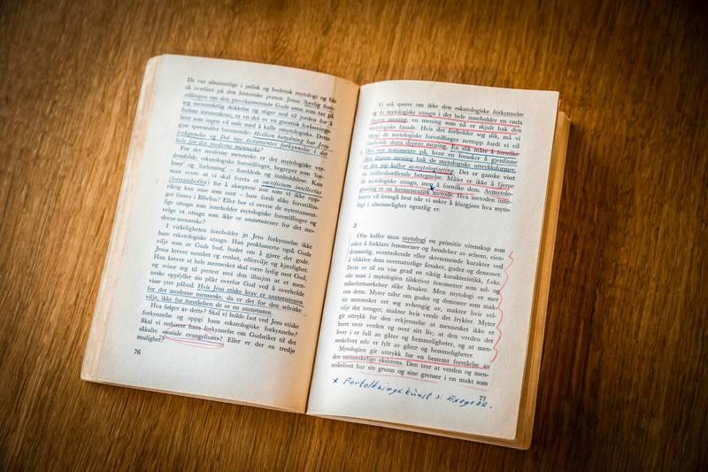 – Boka var full av mine egne og tidligere leseres markeringer og notater: På alle oppslag er store deler av teksten markert, i blått, rødt, svart eller gråblyant, skriver Åste Dokka om sitt eksemplar av