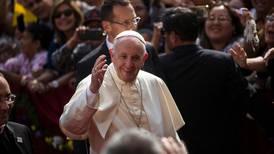 Paven med brannfakkel i brennhet debatt