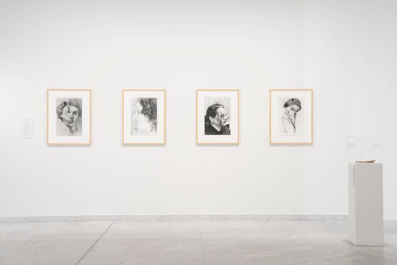 Gerd Tinglum kobler sammen natur og kultur ved å dobbelteksponere bilder med oversette kvinner og glemte blomster.