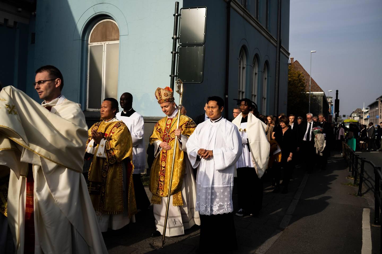 Prosesjonen med den nyvigslede biskopen krysser Elgesæter gate på vei til hans egen, nye kirke – St. Olav katolske domkirke.