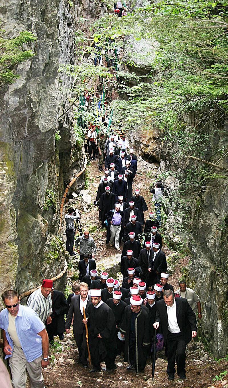 Pilegrimsprosesjon ved Ajvatovica-klippen i Bosnia-Herzegovina, som er ett av de viktigste pilegrimsmålene for muslimer på Balkan.