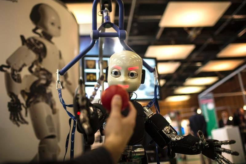 – Hvis vi utvikler roboter som fungerer som mennesker, mener jeg de har krav på tilsvarende rettigheter, sier filosof Einar Duenger Bøhn. Bildet viser den italienske roboten iCub, som blir brukt i forskning på kunstig intelligens.