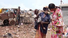 Strømmestiftelsen i Mali lager skolepulter av plast fra Niger-elven