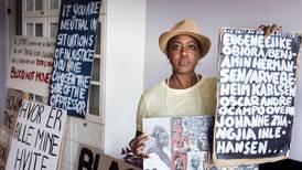 Samler plakater fra Black Lives Matter-demonstrasjonen