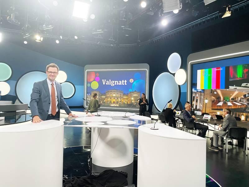 STUDIO: Vårt Lands politiske kommentator Emil André Erstad er i NRK sitt valgstudio gjennom mandagskvelden.