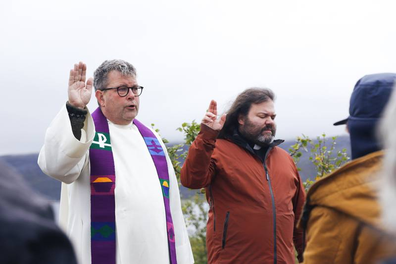 GUDSTJENESTE: Onsdag holdt domprost Stig Lægdene en gudstjeneste for demonstranter i Repparfjord. Og hvis nødvendig vil domprosten lenke seg fast for å forhindre gruveselskapet.