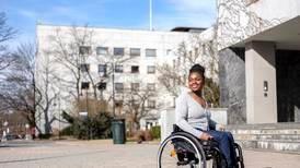 Sally Kamara blei skoten i ryggen som barn. Rullestolen er trona hennar. Jesus er kongen