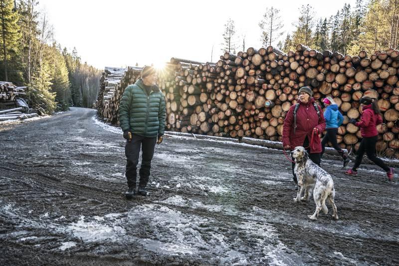 TUROMRÅDE: To løpere har en treningstur mens Helga Gunnarsdóttir og Bjørnar Thøgersen i Østmarkas Venner er på vei innover for å se skogområdet som de helst hadde sett ikke ble hogd.