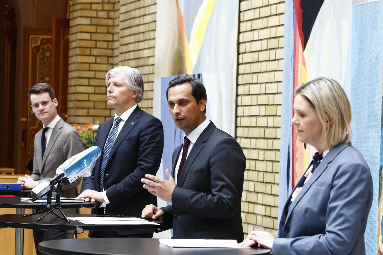 Oslo 20200611.  F.v. Tore Storehaug (KrF), Ola Elvestuen (V), Mudassar Kapur (H) og Sylvi Listhaug (Frp) på pressekonferanse i vandrehallen i Stortinget, etter at regjeringspartiene og Fremskrittspartiet kom til enighet om revidert statsbudsjett. Foto: Terje Pedersen / NTB scanpix