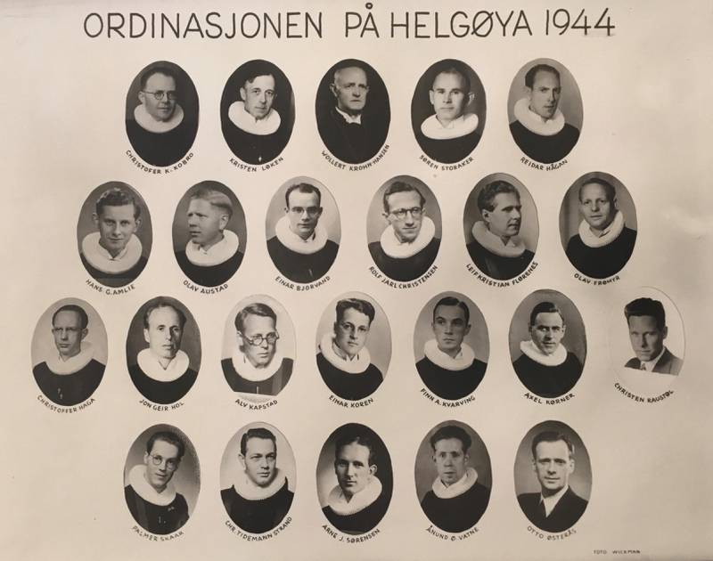 Hemmelig: De 18 teologiske kandidatene som ble ordinert til prester 2. juli 1944, sammen med prestene og biskopene som deltok ved ordinasjonen.