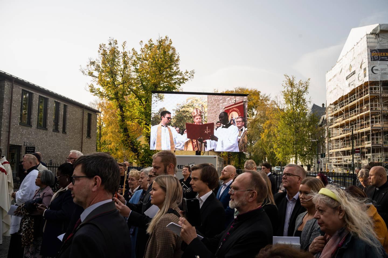 Mange mennesker fulgte vigslingshandlingen på storskjerm utenfor St. Olav domkirke.