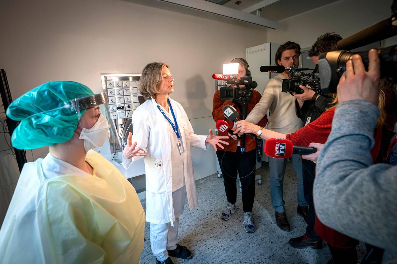 Oslo 20200226. Overlege ved medisinsk avdeling, Torgun Wæhre (t.h) og fagutviklingssykepleier Marte Rygh Selmer ikledd smittevernutstyr snakker til pressen på isolatposten på Ullevål sykehus. Det er hit eventuelle corona-smittede vil komme.Foto: Heiko Junge / NTB scanpix