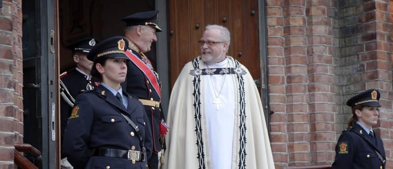 Den nye Borg-bispen Atle Sommerfeldt i samtale med kong Harald etter gudstjenesten i Fredrikstad kirke.
