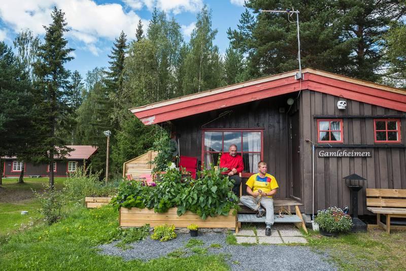 Hans Lundmo og Steinar Holshagen Bjørnestad soner sammen på Slidreøya i Valdres. De bruker fritida si på å ruste opp hytta, selv om den kanskje skal rives.