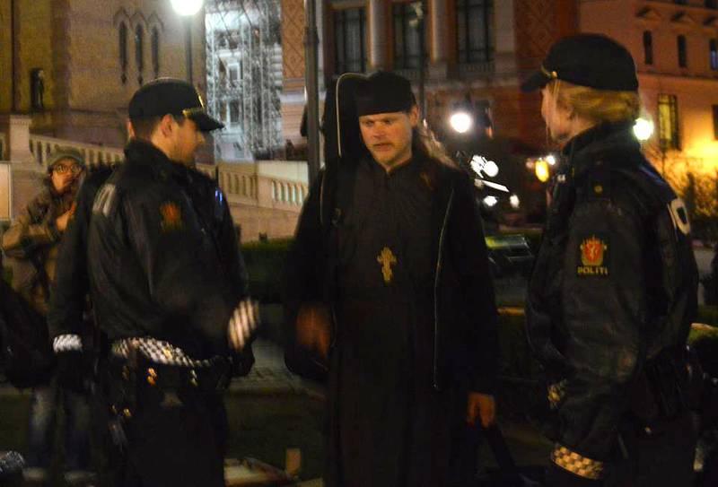 Den ortodokse presten Christophoros Schuff ble arrestert utenfor Stortinget søndag kveld. Han protesterte mot regjeringens asylinnstramminger.