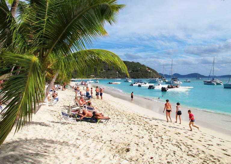 Jost Van Dyke 20121223 Turister på stranden på øyen Jost Van Dyke i British Virgin Islands, BVI, i Karibia. Foto: Halvard Alvik / NTB