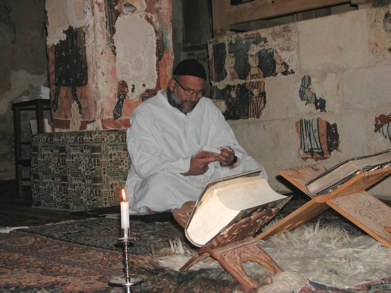 Fader Paolo dall'Oglios klosterfellesskap har to kjernevirksomheter: Kontemplativt liv og gjestfrihet. Her forretter han gudstjeneste i klosterkirken i Mar Musa.