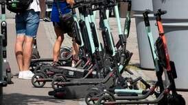 Sju av ti i Oslo vil forby elsparkesyklar på fortau