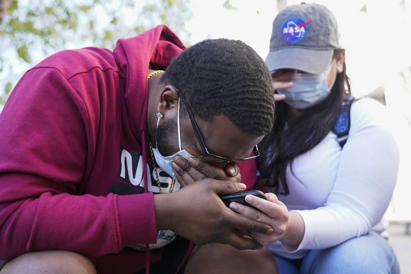 London Williams, som ventet på kjennelsen på Black Lives Matter Plaza i Washington, lot tårene renne etter at Derek Chauvin ble kjent skyldig i drapet på George Floyd. Foto: Jacquelyn Martin / AP / NTB