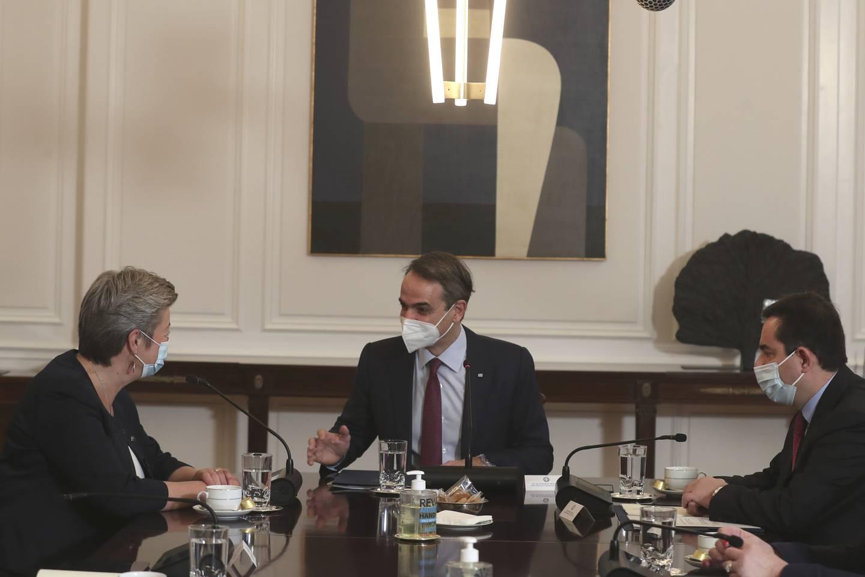 EUs utenrikskommissær Ylva Johansson, Hellas' statsminister Kyriakos Mitsotakis og Hellas' migrasjonsminister Notis Mitarachi i samtaler. Foto: Petros Giannakouris / AP / NTB
