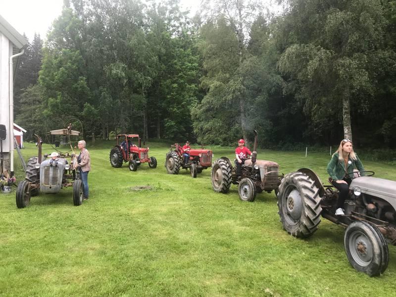 En lang rekke traktorer – og traktorførere – møtte opp.