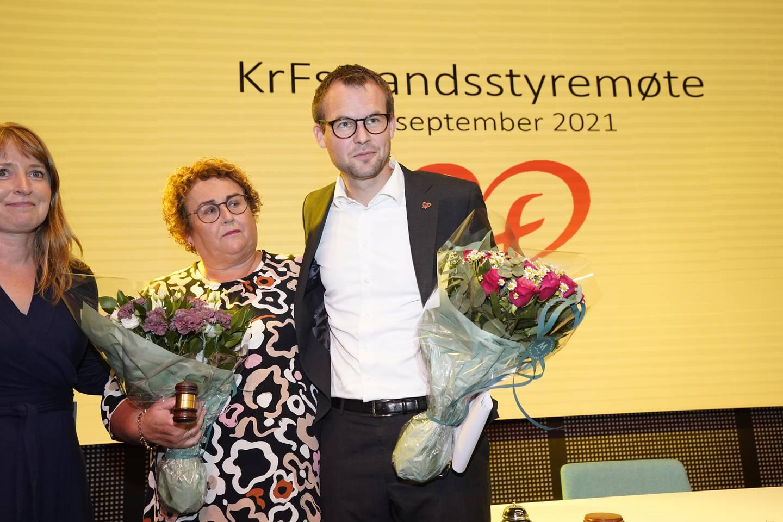 Fungerende partileder Kjell Ingolf Ropstad i KrF overrekker lederklubba påtroppende leder Olaug Bollestad på KrFs landsstyremøte på Thon Hotel i Oslo. Foto: Lise Åserud / NTB