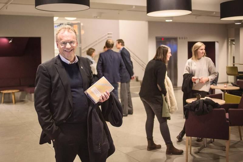 MED GAVE: Byrådsleder Raymond Johansen fikk et eksemplar av Fattigdoms- og rettferdighetsbibelen etter besøk på bønneuken i Filadelfia i Oslo. I overkant av 150 var til stede denne morgenen. Rundt 200 kom for å høre Ap-byråd Geir Lippestad dagen før.