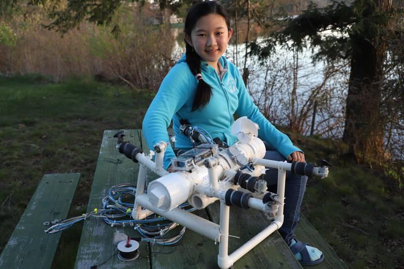 Amerikanske Anna Du med roboten hun har bygget selv. Den skal finne mikroplast på havbunnen.