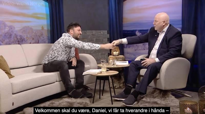 «Vi får ta hverandre i handa i da – vi som ikke tror på koronavirus – vi tror på at vi blir smittet av Den hellige ånd. Halleluja, amen, takk og lov og pris», sa Jan Hanvold da han ønsket Daniel Haddal velkommen til Studio direkte mandag kveld.