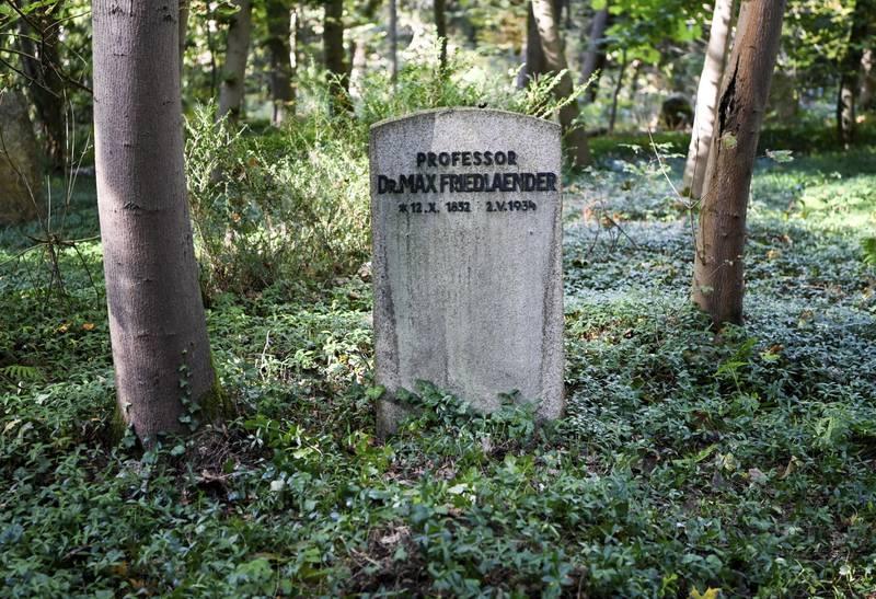 Bildet fra 12. oktober 2021, viser MMax Friedländers grav. Han var en jødiskfødt vitenskapsmann og musikolog, som døde i 1934. Han ble gravlagt på kirkegården i Stahnsdorf utenfor Berlin.