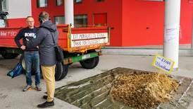 Bondelaget tømte møkkalass foran rådhuset i Sunnfjord kommune