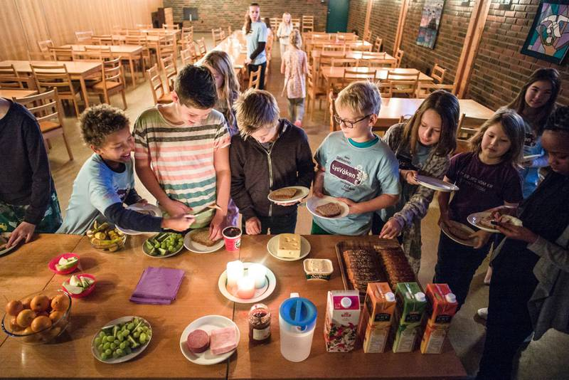 I Rødtvet kirke i Oslo har barna stått opp etter en natt i kirken i trosopplæringstiltaket Lys Våken. Reformen som flyttet opplæringen om kristen tro fra klasserom til kirke, er noe av det som endrer folkekirken, mener forsker Harald Hegstad