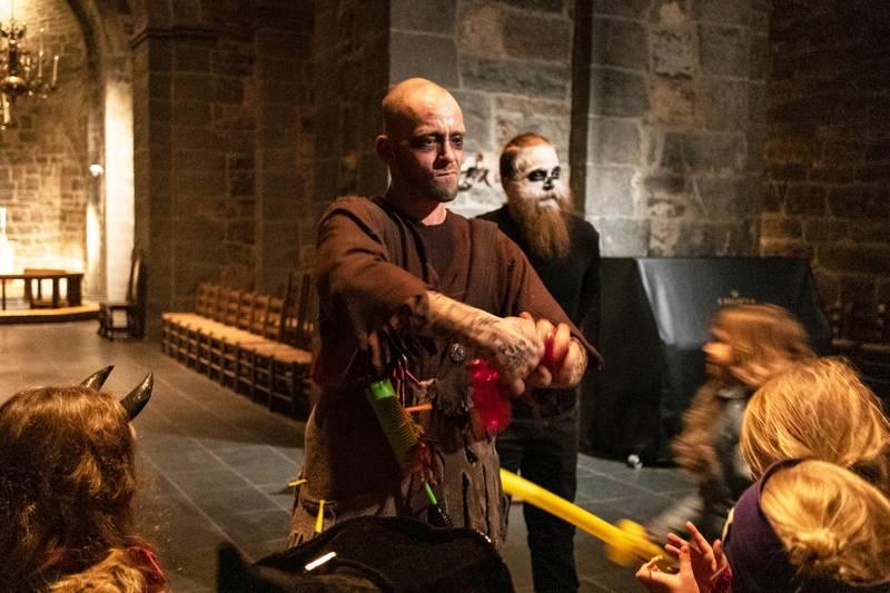 UNDERHOLDT: Tobias Vik fra Teater Avvik underholdt barna for åttende gang under den kirkelige Halloween-feiringen. T.h. barne- og ungdomsarbeider Kristian Hovland Aschim.