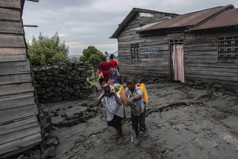 Over 400.000 mennesker har flyktet fra Goma øst i Kongo, av frykt for at et nytt vulkanutbrudd skal legge en enda større del av byen under lava og aske. Foto: AP / NTB