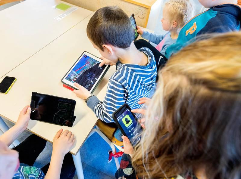 Trondheim  20171009.Elever som holder på med mobil og ipader i klassesituasjon på barneskole. Modellklarert.Foto: Gorm Kallestad / NTB scanpix