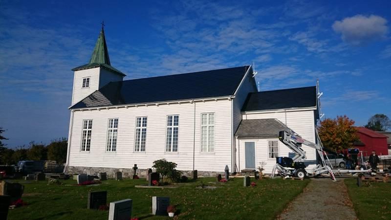Strand kirke fikk nytt tak med solcellepaneler på sydsiden i 2016. – Det har fungert knirkefritt, og gir i perioder overskuddsstrøm som vi selger til Lyse energi, forteller kirkeverge Trond Hjorteland.