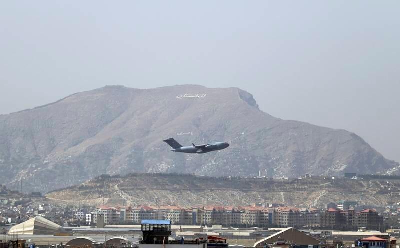Et amerikansk militærfly på vei fra flyplassen i Kabul lørdag. USA er i ferd med å hente hjem sine siste styrker etter at de fleste vestlige landene avsluttet evakueringen fra Kabul før helgen. Foto: Wali Sabawoon / AP / NTB