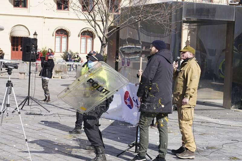 SIAN (Stopp Islamiseringen av Norge), demonstrerer på Strømsø Torg i Drammen lørdag.  Foto: Heiko Junge / NTB