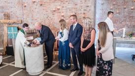 Kan eigne, mindre seremoniar redde dåpstala?