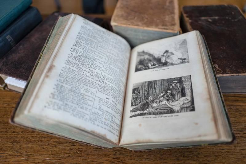 Rune Arnhoff er særlig glad i Biblene som har vakre illustrasjoner.