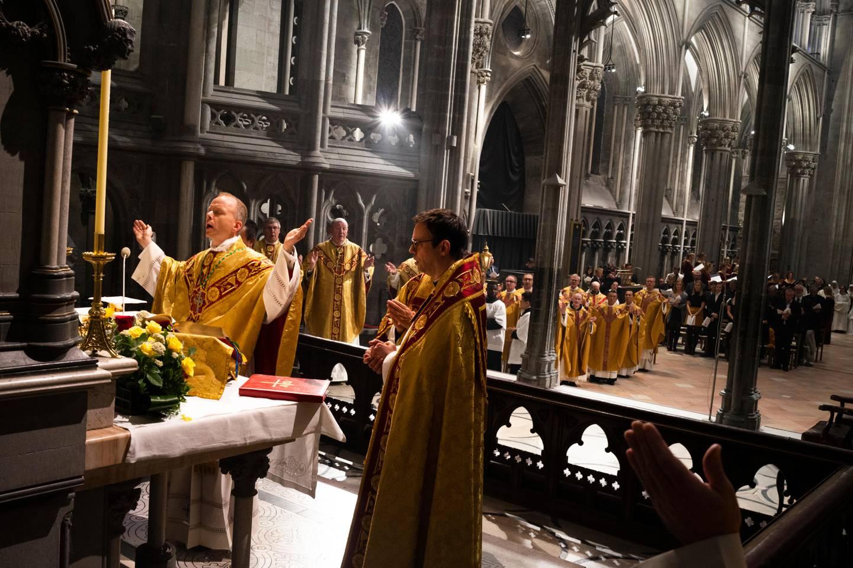 Etter vigslingen forrettet biskop Erik Varden nattverden og resten av messen i nasjonalhelligdommen.