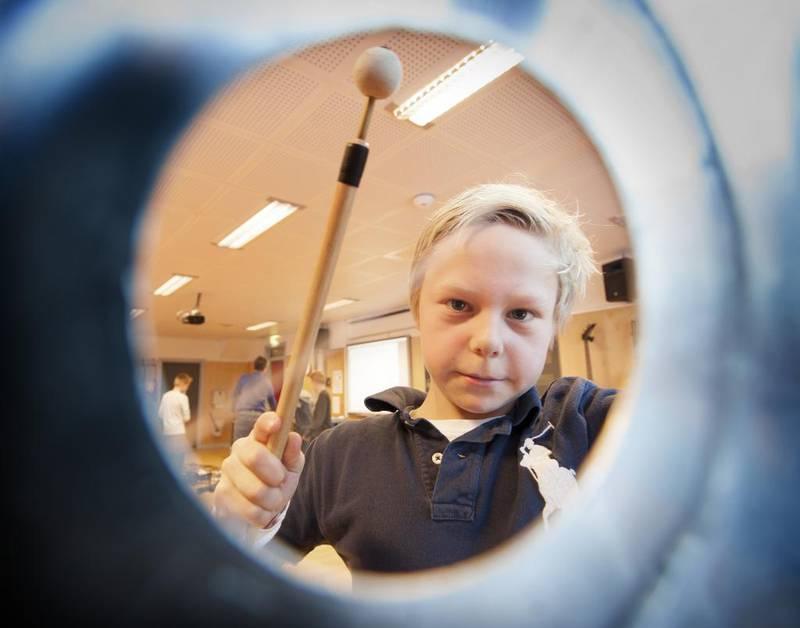 Alexander Lolland Antonsen (11) spiller på en del av et lokomotiv kjøpt hos en skraphandler.
