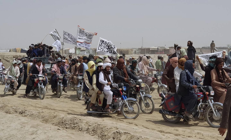 Taliban tok onsdag kontroll over den viktige Spin Boldak-grenseovergangen til Pakistan. Det ble feiret av jublende Taliban-tilhengere. Foto: AP / NTB