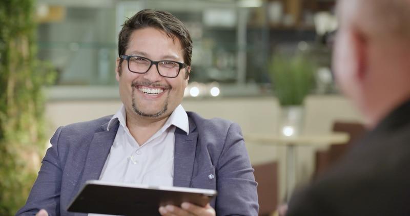 OBOS-direktør Daniel Siraj i samtale med TV-pastor Egil Svardahl.