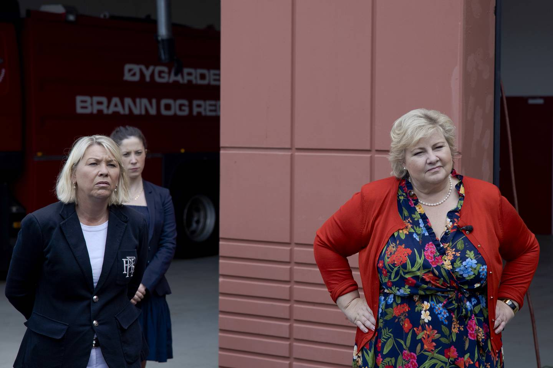 Statsminister Erna Solberg og justis- og beredskapsminister Monica Mæland fikk lørdag en orientering om arbeidet med brannen på Sotra. Foto: Paul S. Amundsen / NTB