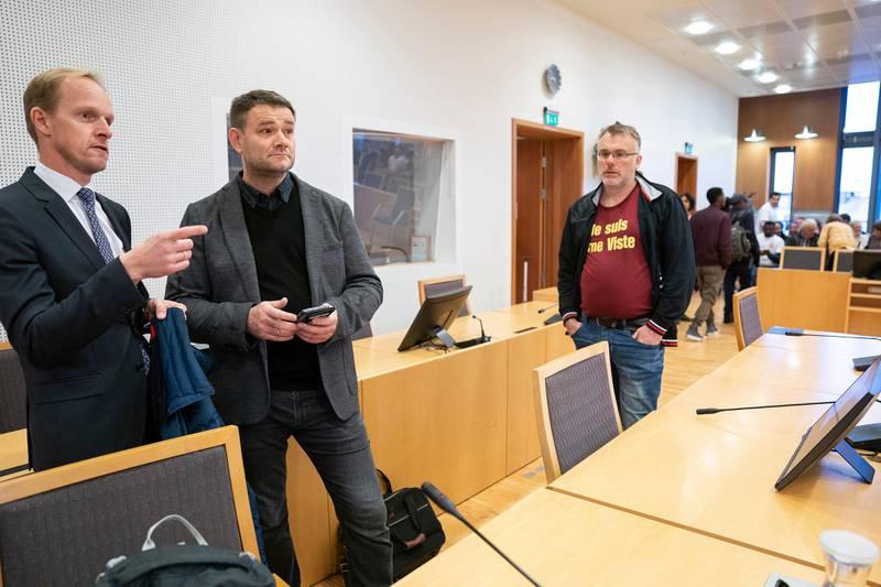 Mandag startet rettssaken mot Arne Viste (52), som er tiltalt for å ha ansatt asylsøkere uten lovlig opphold. Rettssalen var fullsatt, og demonstranter hadde møtt opp utenfor tinghuset for å vise støtte til Viste. Vistes advokat Christian Henrik Prahl Reusch.