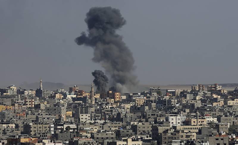 Svart røyk stiger opp i Gaza by etter et luftangrep onsdag ettermiddag. Foto: Adel Hana / AP / NTB