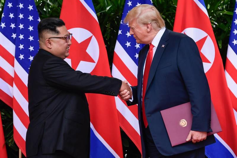 Nord-Koreas leder Kim Jong-un and USAs president Donald Trump avsluttet gårsdagens toppmøte i Singapore med et håndtrykk. Nå starter spekulasjonene om nedrustningsløfter vil bli gjennomført, og om det i så fal kan belønnes med Nobels fredspris.