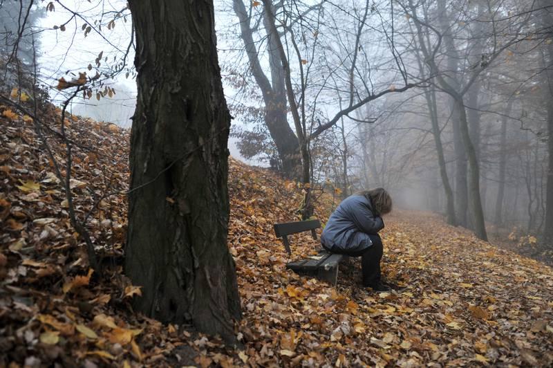 Deprimert kvinne. Sitter på benk i skog. Fortvilet. Trist. Desperat.  A woman with depression. Høstløv. Foto: Frank May / NTB scanpix NB! MODELLKLARERT