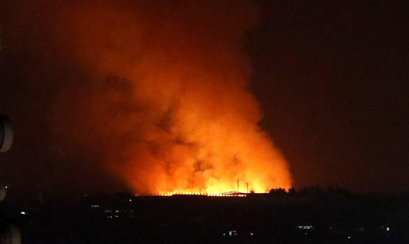 Røyk og flammer steg opp etter gjentatte israelske angrep mot mål på Gazastripen mandag kveld. Foto: AP / NTB